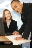 Contrato de assinatura do homem de negócio Imagem de Stock