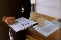 Contrato de assinatura do homem de negócio que faz um acordo com idade dos bens imobiliários Fotografia de Stock