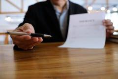 Contrato de assinatura do homem de negócio que faz um acordo com idade dos bens imobiliários Fotos de Stock Royalty Free