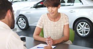 Contrato de assinatura do mediador imobiliário com cliente fêmea filme
