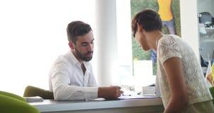 Contrato de assinatura do mediador imobiliário com cliente fêmea video estoque