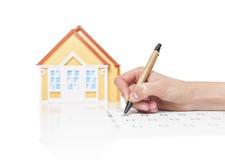 Contrato de assinatura fêmea em uma casa Imagem de Stock Royalty Free