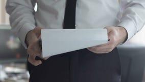 Contrato de empleo masculino ocupado de la lectura del contable, condiciones de trabajo de examen almacen de video