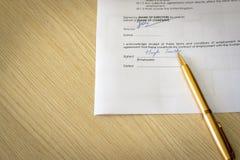Contrato de emprego assinado na mesa fotos de stock