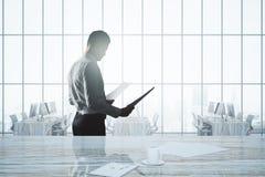 Contrato de exame do homem de negócios Foto de Stock