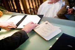 Contrato de firma de la boda del alcalde foto de archivo