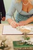Contrato de firma de la dama de honor Fotos de archivo libres de regalías