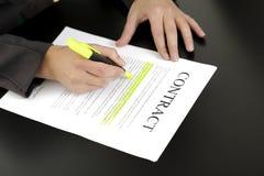 Contrato de firma de la mujer Imagen de archivo