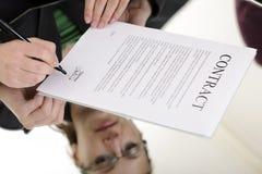Contrato de firma de la mujer Fotografía de archivo