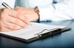 Contrato de firma de las finanzas Fotografía de archivo libre de regalías