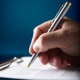 Contrato de firma de las finanzas Imágenes de archivo libres de regalías