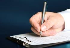 Contrato de firma de las finanzas Imagenes de archivo