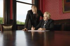 Contrato de firma de With Male Colleague del hombre de negocios Imagen de archivo libre de regalías