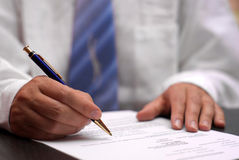 Contrato de firma del hombre de negocios fotos de archivo