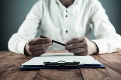 Contrato de firma del hombre de negocios Fabricación de reparto Concepto del asunto imagen de archivo