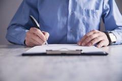Contrato de firma del hombre de negocios Fabricación de reparto Concepto del asunto foto de archivo libre de regalías