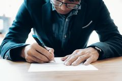 Contrato de firma del hombre de negocios que hace un trato Fotos de archivo libres de regalías