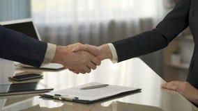 Contrato de firma femenino del negocio, socios que sacuden las manos, cooperación de las compañías metrajes