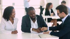 Contrato de firma de la hipoteca de los pares negros felices conseguir llaves de la nueva casa metrajes