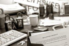 Contrato de las propiedades inmobiliarias en el escritorio del agente inmobiliario Foto de archivo