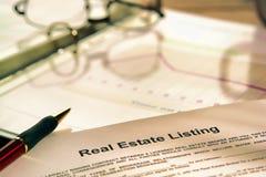 Contrato de listado de las propiedades inmobiliarias Foto de archivo