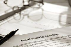 Contrato de listado de las propiedades inmobiliarias Imagen de archivo