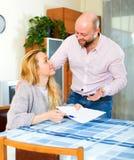 Contrato de seguro da leitura dos pares Foto de Stock Royalty Free