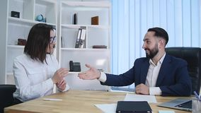Contrato do mediador imobiliário e chaves de assinatura da doação ao cliente fêmea filme