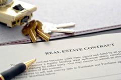Contrato dos bens imobiliários e caixa do fechamento Imagens de Stock Royalty Free