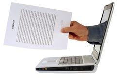 Contrato em linha com um portátil imagem de stock