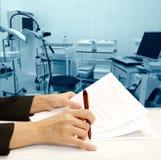 Contrato en servicios médicos imágenes de archivo libres de regalías