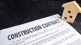 Contrato y casa de construcción concepto de propiedades inmobiliarias y planeamiento de construir una casa Hogar del proyecto inv imagenes de archivo