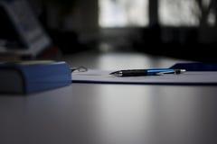 Contratos en espacio de oficina imagen de archivo
