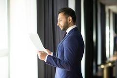 Contrats de lecture de banquier photo libre de droits