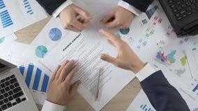 Contratto di affari del partner della società e mani di firma stringere con direttore archivi video