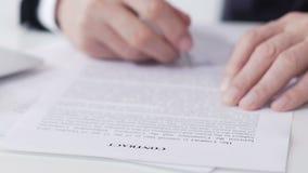 Contratto di firma di affari di presidente della società, cooperazione internazionale, primo piano video d archivio