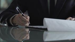 Contratto di firma dell'uomo d'affari dopo il riuscito negoziato, accettazione di affare archivi video