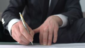 Contratto di firma dell'uomo d'affari per l'acquisto della casa, investente bene immobile, agenzia archivi video