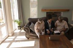 Contratto di firma della proprietà dell'uomo senior con l'agente immobiliare immagini stock libere da diritti