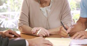 Contratto di firma delle coppie senior stock footage