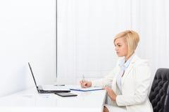 Contratto di scrittura della donna di affari, documento di firma Immagine Stock