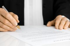 Contratto di sign della mano con la penna di fontana Fotografia Stock Libera da Diritti