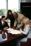 Contratto di sign della squadra di affari Fotografia Stock
