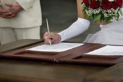 Contratto di sign di cerimonia nuziale della sposa fotografie stock libere da diritti