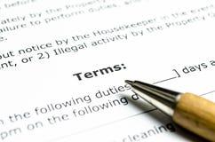 Contratto di termini con la penna di legno fotografia stock libera da diritti