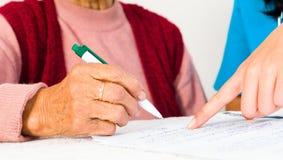 Contratto relativo a servizi di servizi sociali di firma anziano Immagini Stock Libere da Diritti