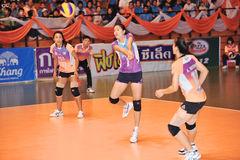 Contre - attaque dans le chaleng de joueurs de volleyball Image libre de droits