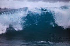contre des sauts de pression de vague déferlante de tempête de rivage d'Oahu Image stock