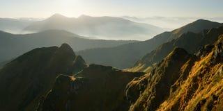 Contre-jour de montagne de panorama Images stock