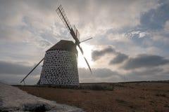 Contre-jour de moulin à vent dans la localité de La Oliva image stock